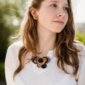 dívka s romantickým náhrdelníkem z kolekce Ella upcyklovaných šperků